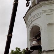 Установка Большого колокола на колокольню Троицкой церкви. Фотография Л.Н.Стерховой 2 июня 2001 г.